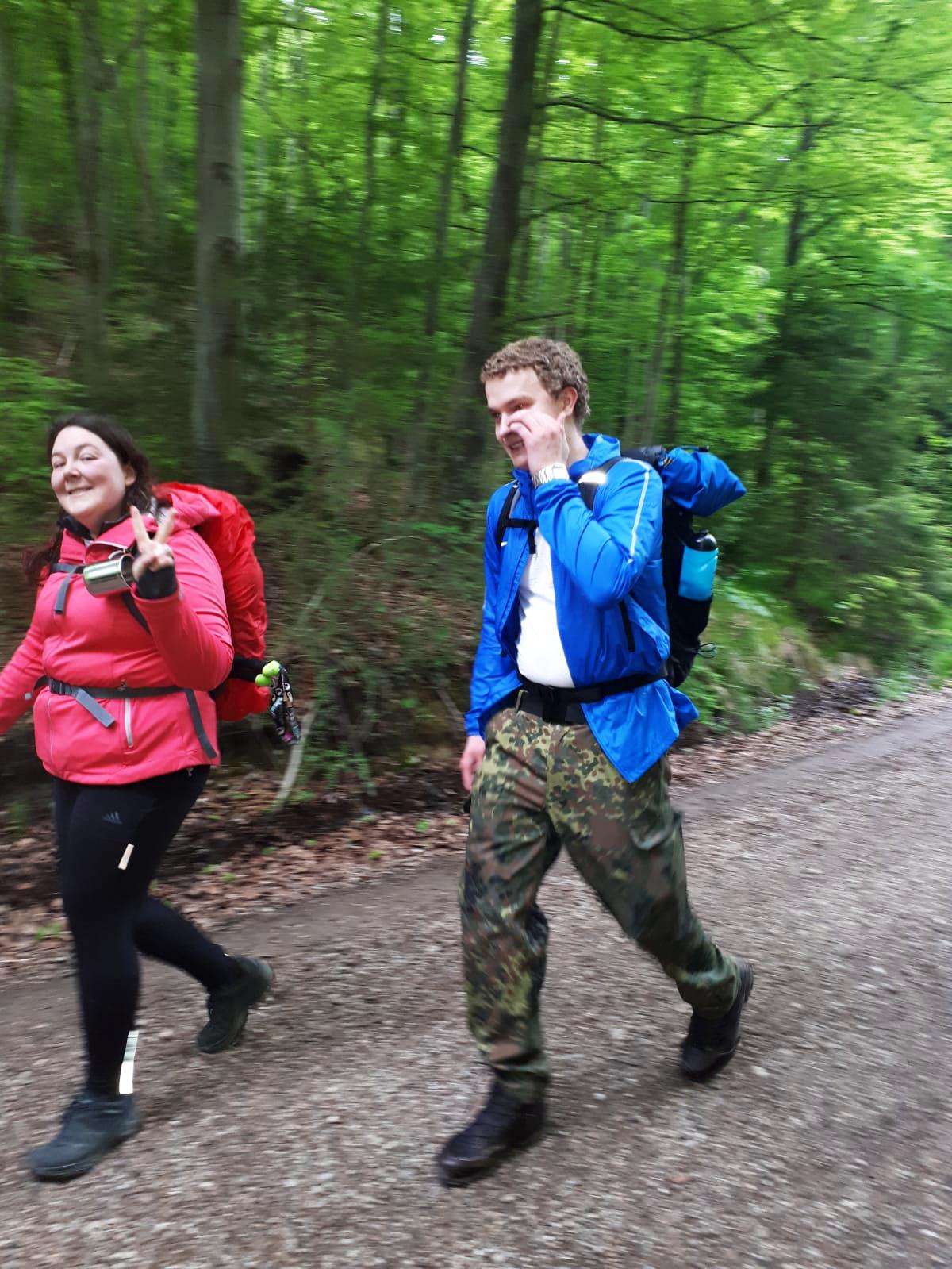 Teammitglieder beim Wandern